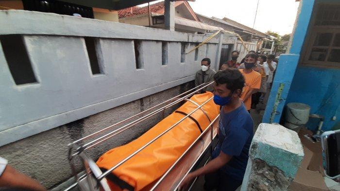 Jenazah korban pembunuhan di Jalan Kelapa Puan, Jagakarsa, Jakarta Selatan, dievakuasi, Selasa (27/7/2021) malam.