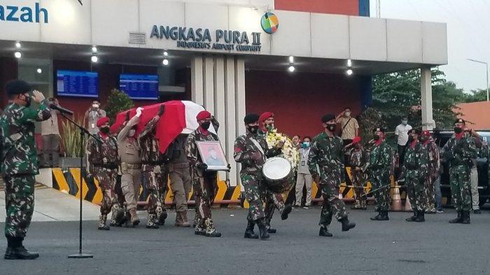 JenazahKepala BIN Daerah (Kabinda) Papua, Mayjen (Anm) TNI I Gusti Putu Danny Karya Nugraha di Bandara Soekarno-Hatta pada Senin (26/4/2021) petang.