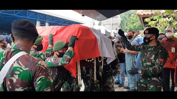 Jenazah Jakob Oetama diberangkatkan dari tempat persemayaman Gedung Kompas Gramedia, ke Taman Makam Pahlawan Kalibata, Kamis (10/9/2020).