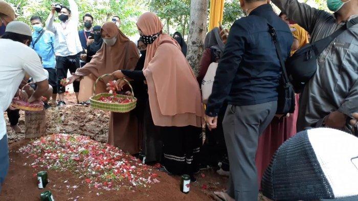 Jenazah Maheer At-Thuwailibi dimakamkan di pelataran Pondok Pesantren Daarul Qur'an, Cipondoh, Tangerang, sekira pukul 11.00 WIB, Selasa (9/2/2021).