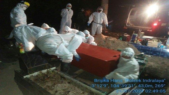 Sempat ditolak warga, jenazah Covid-19 di Ogan Ilir akhirnya dimakamkan dini hari tadi, Rabu (21/7/2021) usai Kapolres Ogan Ilir AKBP Yusantiyo Sandhy turun tangan ke lokasi.