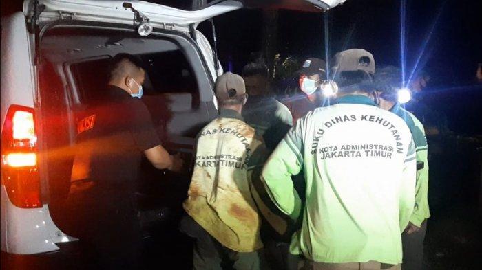 Petugas saat menurunkan jenazah pelaku penyerangan di Mabes Polri, ZA (25) di TPU Pondok Ranggon untuk dimakamkan, Jakarta Timur, Kamis (1/4/2021) /Tribun Jakarta/Ist