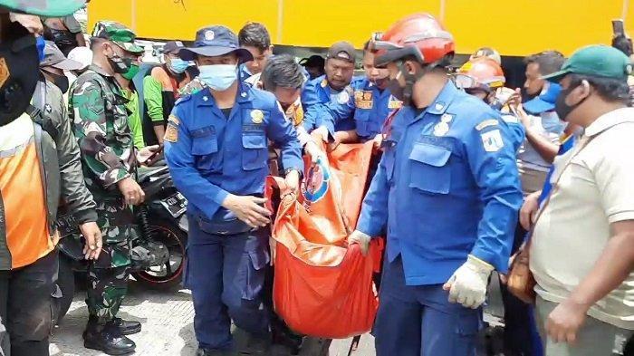 Petugas Pemadam Kebakaran (Damkar) Jakarta Pusat menemukan jenazah Petugas Unit Pengelola Kegiatan (UPK) Badan Air Lingkungan Hidup DKI Jakarta, Sandi Miadi (25), di Kali Ciliwung, Kecamatan Sawah Besar, Jakarta Pusat, Sabtu (13/2/2021).