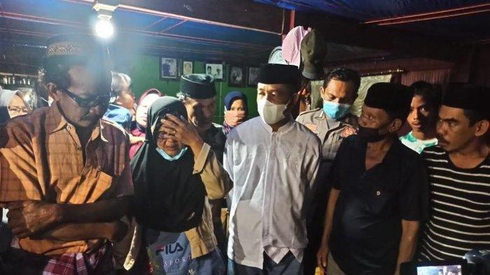 Jenazah Udin (41), tukang ojek yang tewas ditembak KKB di Papua semayamkan di kampung halaman, di Bujung Awo atau Bawo, Desa Lalabata, Kecamatan Tanete Rilau, Kabupaten Barru, Sulawesi Selatan, Kamis (1542021).