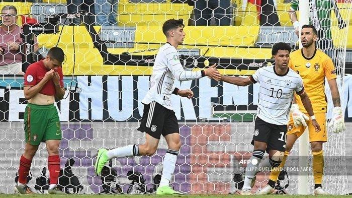 Gelandang Jerman Serge Gnabry (2ndR) merayakan mencetak gol kedua timnya dengan pemain depan Jerman Kai Havertz (2ndL) saat pertandingan sepak bola Grup F UEFA EURO 2020 antara Portugal dan Jerman di Allianz Arena di Munich, Jerman, pada 19 Juni 2021.