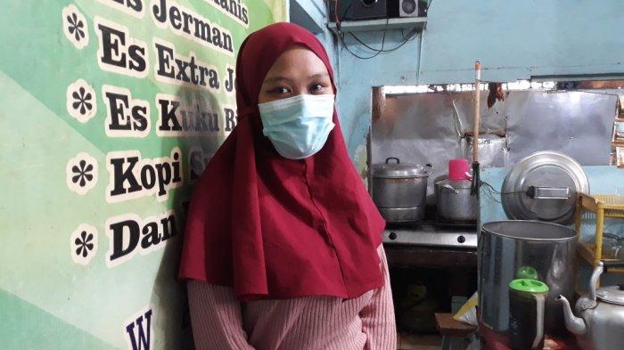 Jessica Febiola (20) saat memberi keterangan terkait putri pertamanya yang diberi nama oleh Gubernur DKI Jakarta Anies Baswedan di Matraman, Jakarta Timur, Kamis (14/10/2021). Nama anak Jessica itu bernama Permata Annisa Nusantara.