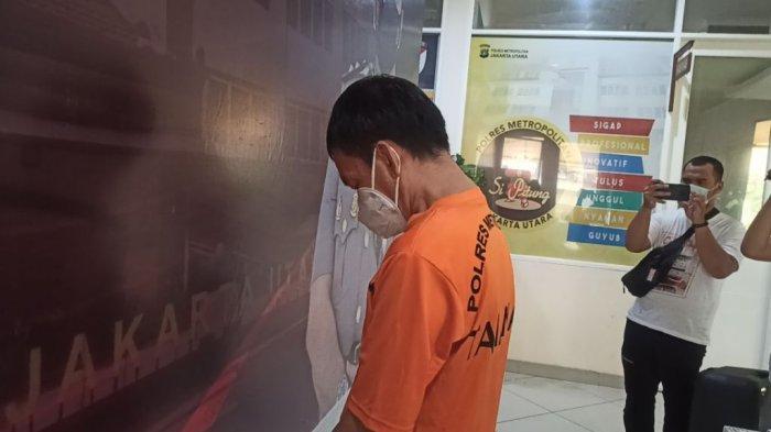 JH (47), bos yang melakukan pelecehan seksual terhadap dua karyawatinya, DF (25) dan EFS (23), saat diekspose di Mapolres Metro Jakarta Utara, Selasa (2/3/2021). (TRIBUNJAKARTA.COM/GERALD LEONARDO AGUSTINO)