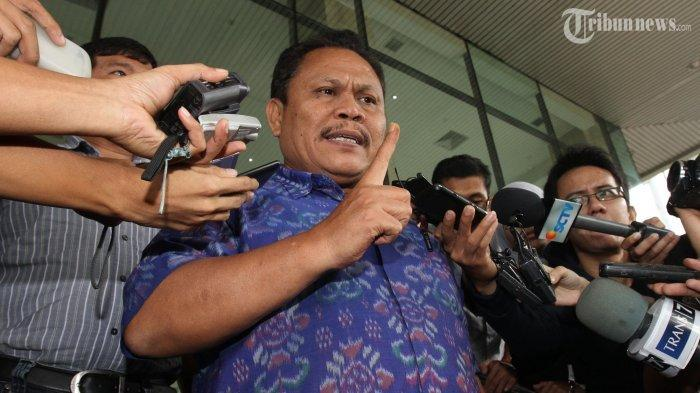 Jhoni Allen Marbun usai diperiksa penyidik di Kantor Komisi Pemberantasan Korupsi (KPK), Jakarta Selatan, Selasa (7/1/2014). Jhoni Allen Marbun kini dipecat oleh DPP Partai Demokrat karena terlibat upaya kudeta terhadap kepemimpinan AHY.