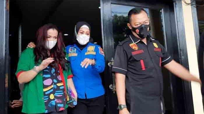 Jennifer Jill saat akan dibawa ke Puslabfor Sentul, Kabupaten Bogor bersama petugas Polres Metro Jakarta Barat, Kamis (18/2/2021).