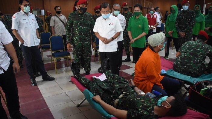 Ketua Umum Palang Merah Indonesia (PMI) Dr. Jusuf Kalla menghadiri kegiatan donor darah Komando Pasukan Khusus (Kopassus)menggelar kegiatan bakti sosial donor darah, di Balai Komando Makopassus, Cijantung, Jakarta Timur, Selasa (22/9/2020).