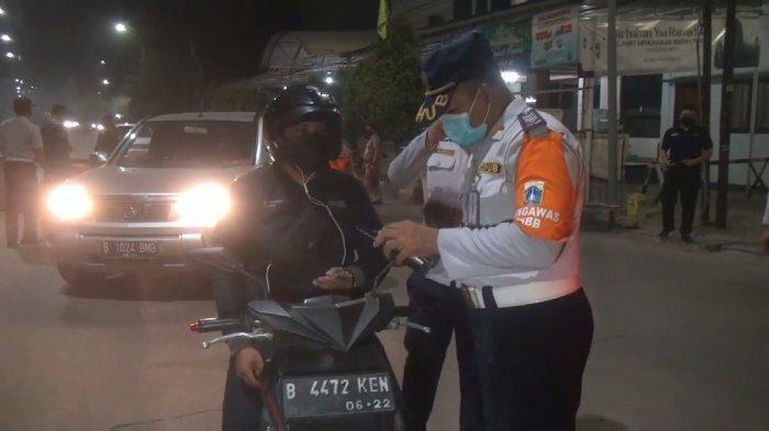 Petugas Gabungan Tutup Ruas Jalan Kalimalangan Mulai Dini Hari Ini, Sejumlah Kendaraan Diputar Balik