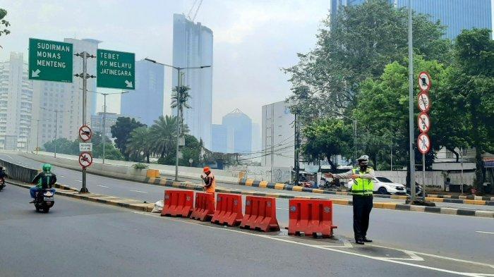 Jalan Layang Non Tol Kampung Melayu-Tanah Abang kini steril dari pesepeda road bike, Minggu (20/6/2021) pagi.