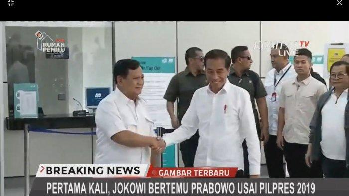 Kemeja Putih, Pelukan dan Senyum Jokowi-Prabowo Bertemu di Stasiun MRT Lebak Bulus