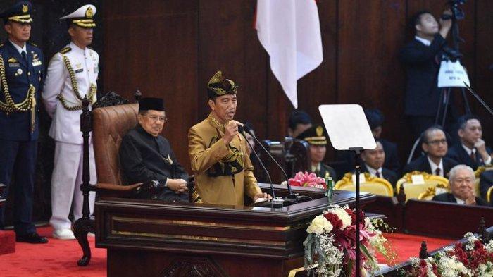 Tunjukan Smartphone, Jokowi Sindir Studi Banding ke Luar Negeri hingga Minta Izin Pindahkan Ibu Kota