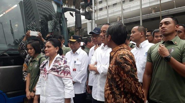 Jokowi Ditemani Iriana Menjajal MRT, Disambut Nyanyian Warga Hingga Terima Keluhan Kaum Difabel