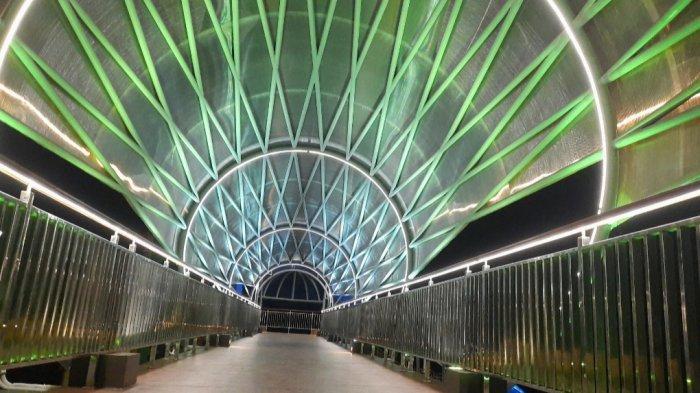 Pemandangan estetik di Jembatan Penyebrangan Orang (JPO) yang berada di Flyover Tapal Kuda Lenteng Agung, Jakarta Selatan.