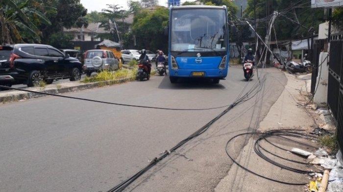 Warga Resah Kabel Listrik Menjuntai Akibat Tersangkut Bus TransJakarta di Cirendeu