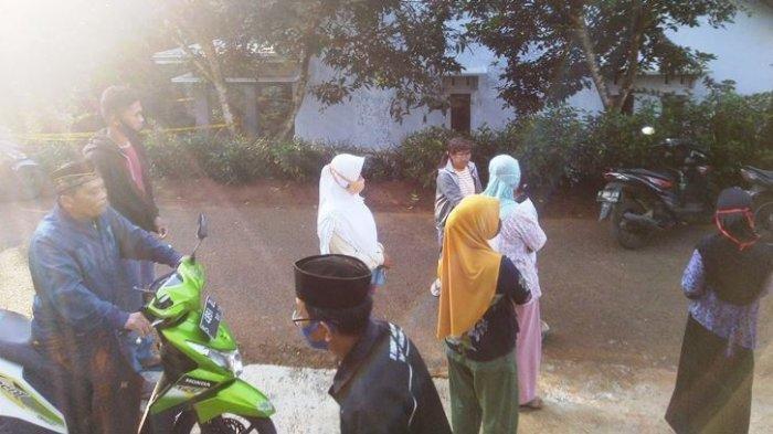 Sejumlah warga Desa Bangunsari, Kecamatan Pageruyung, Kabupaten Kendal melihat TKP tewasnya dua wanita ibu dan anak