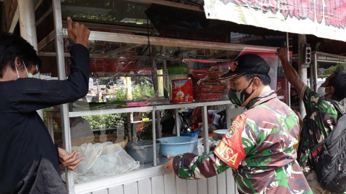 TNI AD Ganti Kaca Pedagang Arundina Cibubur yang Dirusak Oknum Anggotanya