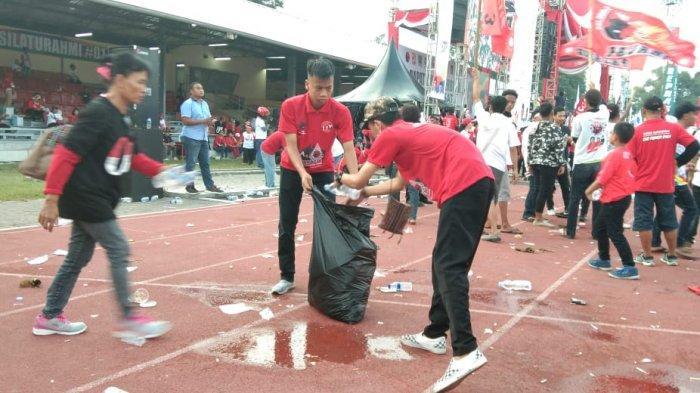 Kampanye Akbar Jokowi Rampung, Kader Komunitas Juang Punguti Sampah di GOR Sriwedari