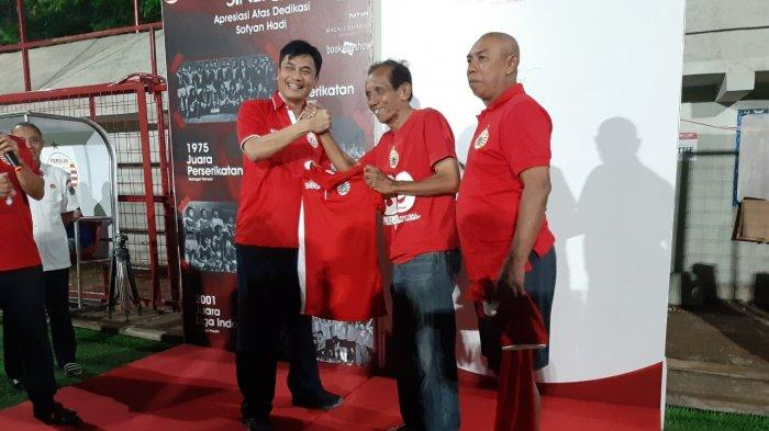 Kadispora DKI Jakarta, Achmad Firdaus (kiri) saat bersama legenda Persija Jakarta