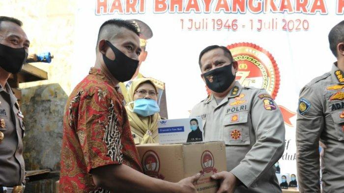 HUT ke-74 Bhayangkara, Polri Salurkan 1.500 Paket Sembako ke PKL dan Warga Setiabudi Jaksel