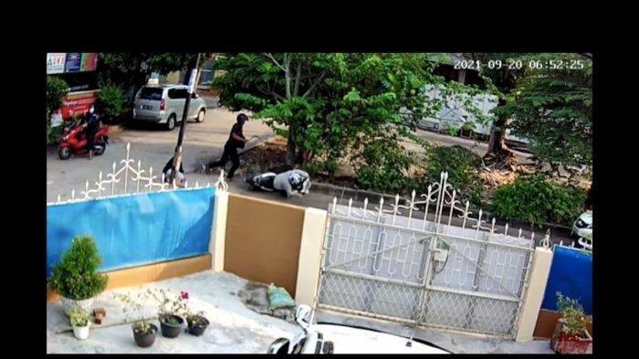 Aksi pembacokan terjadi pada seorang pria tepat di depan SD N 23 Jalan Hokky Kelurahan Lorok Pakjo Kecamatan Ilir Barat I Palembang.