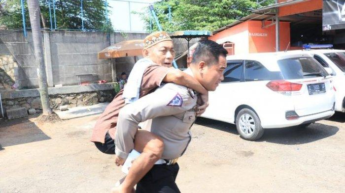 Digendong Polisi, Seorang Kakek Sempat Tertinggal Rombongan Keluarga di Rest Area KM 62 Tol Cikampek