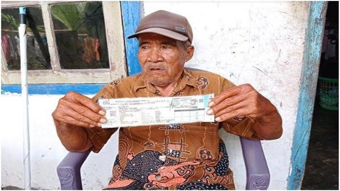 Kakek Zakaria (47 tahun), penjual es krim keliling di kawasan Sukarame Palembang yang jadi korban pencurian sepeda motor saat sedang berjualan.
