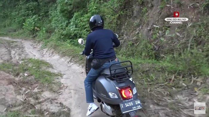 Kang Dedi saat mengendarai motor melewati medan terjal menuju kaki Gunung Sanggabuana.