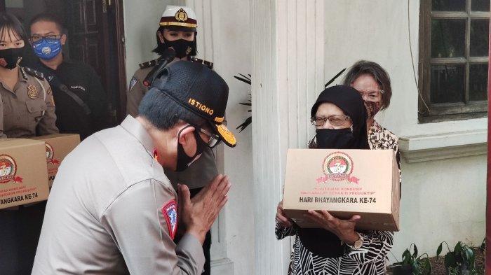 Polri Bagikan Ribuan Paket Sembako Pada Purnawirawan dan Warakawuri TNI AL di Kota Depok