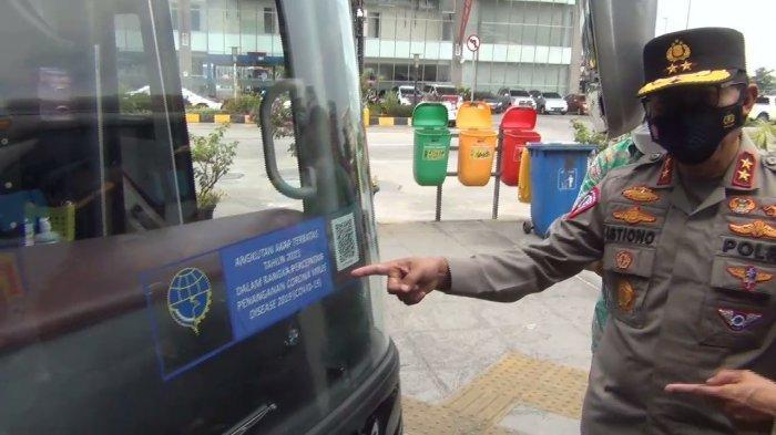 Kakorlantas dan Dirjen Hubdar Tempelkan Tiker Khusus Perjalanan Mudik ke Armada Bus yang Diizinkan