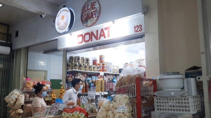 Kalau Anda ingin mencari camilan yang enak, boleh datang ke  toko kue donat Ellie atau dikenal dengan Ellie Donat.
