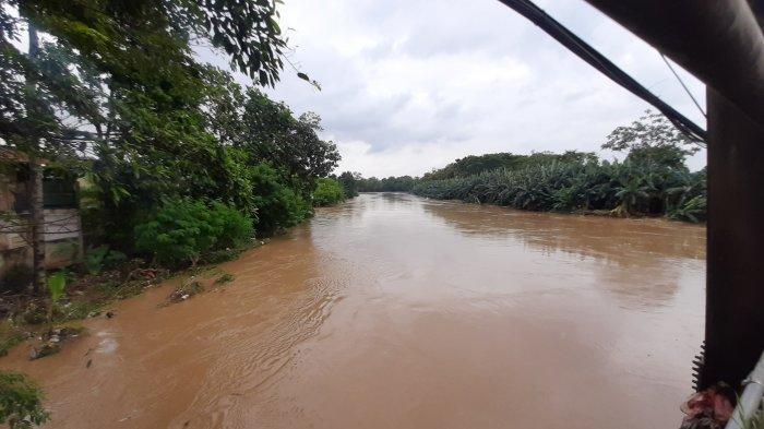 Penampakan Kali Bekasi ketika tinggi muka air naik, Jumat (19/2/2021).