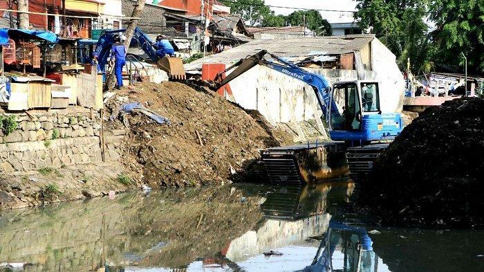 Pemkot Jakarta Pusat: Warga yang Buang Sampah di Kali Sentiong akan Dikenakan Sanksi Tegas