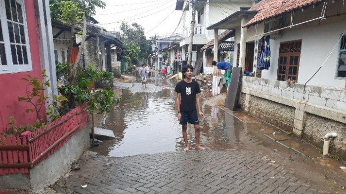 Hujan Deras Kali Meluap, Kampung Bulak Pondok Aren Terendam Banjir Setinggi 1,5 Meter