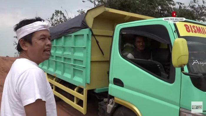 Kang Dedi menegur sopir truk yang mengangkut tanah dari area proyek perumahan yang tak berizin.