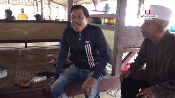 Kang Dedi Mulyadi saat berbincang dengan pemilik rumah makan.