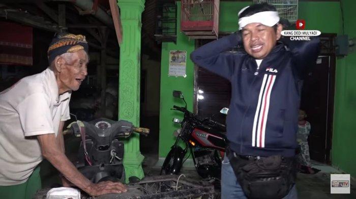 Kang Dedi Mulyadi saat berbincang dengan Ki Ahmad, lansia berusia 100 tahun yang masih kuat mengendarai sepeda motor.