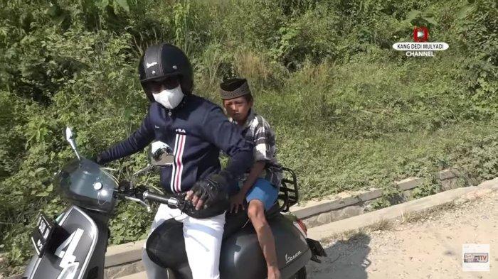 Kang Dedi Mulyadi saat membonceng bocah SD yang ketahuan mengemis di jalan.
