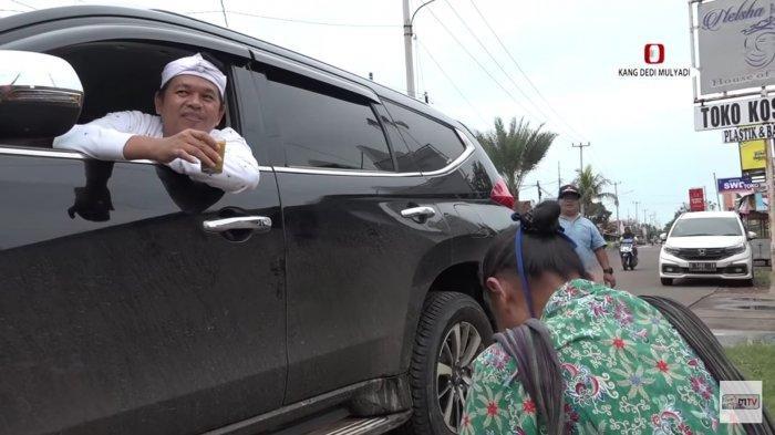 Kang Dedi Mulyadi yang mengaku bernama Haji Udin asal Majalengka saat berbincang dengan penjual jamu gendong.