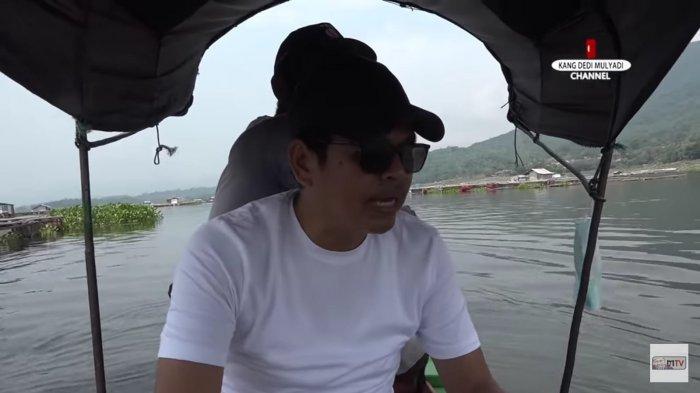Kang Dedi saat menaiki perahu yang digunakan sebagai warung keliling di Waduk Jatiluhur, Purwakarta, Jawa Barat.