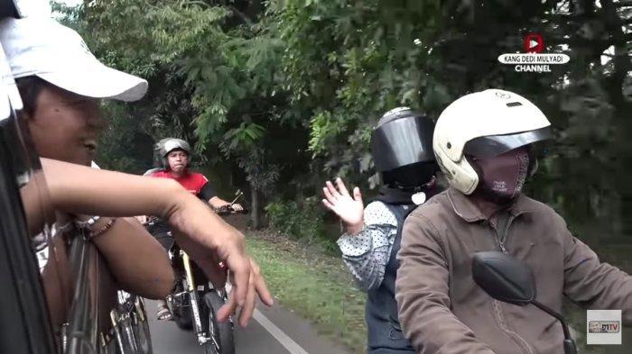 Kang Dedi saat menggoda hansip Sabel dan wanita pujaannya yang sedang berboncengan motor untuk membeli kebutuhan lamaran.