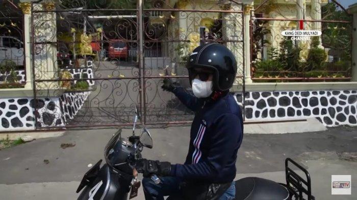 Kang Dedi sewaktu sedang mengendarai motor dibuat melongo dengan keberadaan rumah mewah seorang kades di wilayah dekat Gunung Sanggabuana.