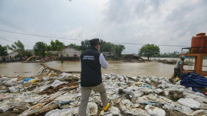 Gubernur Jawa Barat Ridwan Kamil saat meninjau lokasi banjir di Kecamatan Pebayuran, Kabupaten Bekasi, Rabu (24/2/2021).