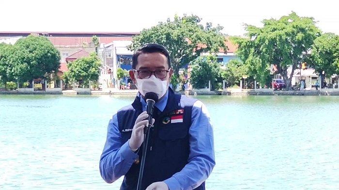 Gubernur Jawa Barat, Ridwan Kamil, saat memberikan hibah perahu di Situ Rawa Besar, Pancoran Mas, Rabu (2/12/2020).