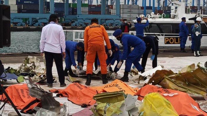 Tim SAR dari Polairud menyerahkan temuan dari lokasi kecelakaan Sriwijaya Air SJ-182 di perairan Kepulauan Seribu ke posko utama Dermaga JICT II, Tanjung Priok, Jakarta Utara, Kamis (14/1/2021).
