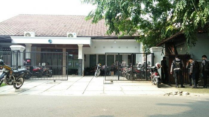 Beredar Ajakan Unjuk Rasa di Kantor Charta Politika, Puluhan Personel Polisi Lakukan Pengamanan
