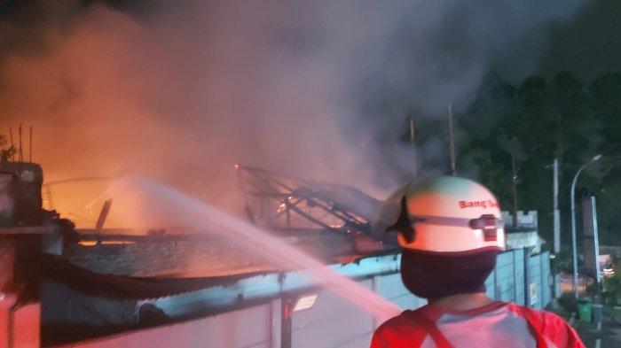 Kantor Desa Bitung, Kecamatan Cikupa, Kabupaten Tangerang habis terbakar api pada Rabu (9/6/2021) tengah malam.