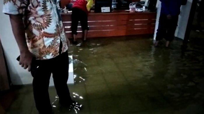 Hujan Deras, Kantor Kelurahan Tegal Parang Jaksel Terendam Banjir